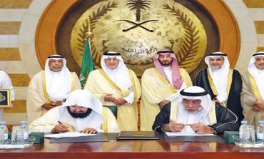 Makkah governor hands over new Kaaba cover to senior caretaker